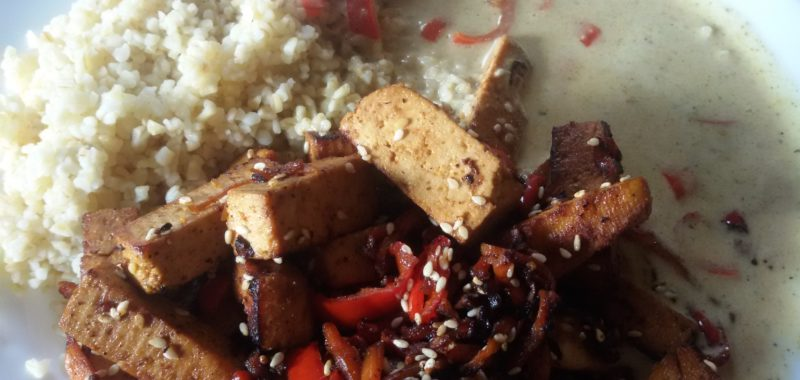 Gebratener Tofu mit Paprika und Reis