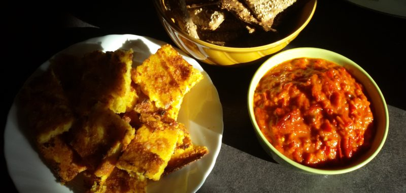 Polentaschnitten mit Tomaten-Paprika-Pisto und Knäckebrot